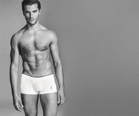 Model mit weißer HUGO BOSS Boxershort. Schwarzer Abnäher am Saum.