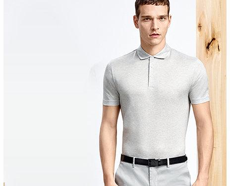 Model in verschiedenen Positionen mit grauem und mit grauweiß gestreiftem Polohemd, grauer Hose und schwarzem Gürtel.