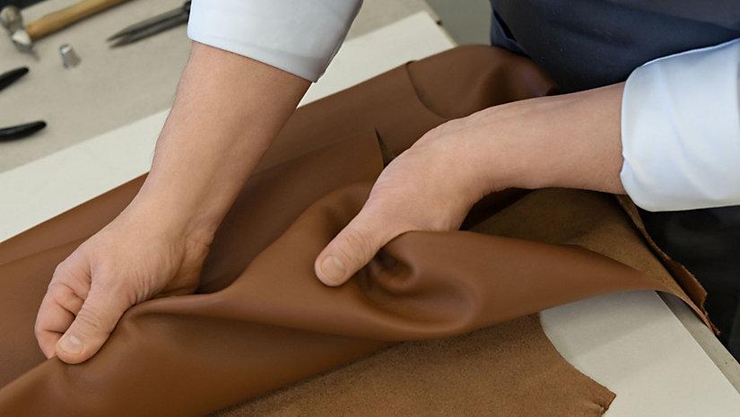 Die BOSS Bespoke Tasche wird aus hochwertigem italienischem Leder hergestellt.