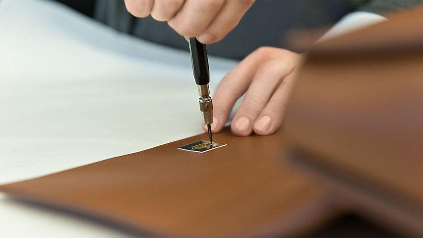 Der BOSS Bespoke Verschluss wird von Hand auf beiden Seiten der Tasche befestigt.