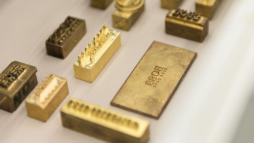 Zur Prägung des Leders werden traditionelle Metallstempel verwendet.