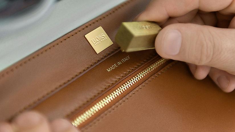 Made in Italy: Die Innenflächen der BOSS Bespoke Tasche werden handgeprägt.