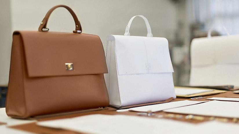 Jede Tasche wird mit Präzision und traditionellen Verfahren der Lederverarbeitung gefertigt.