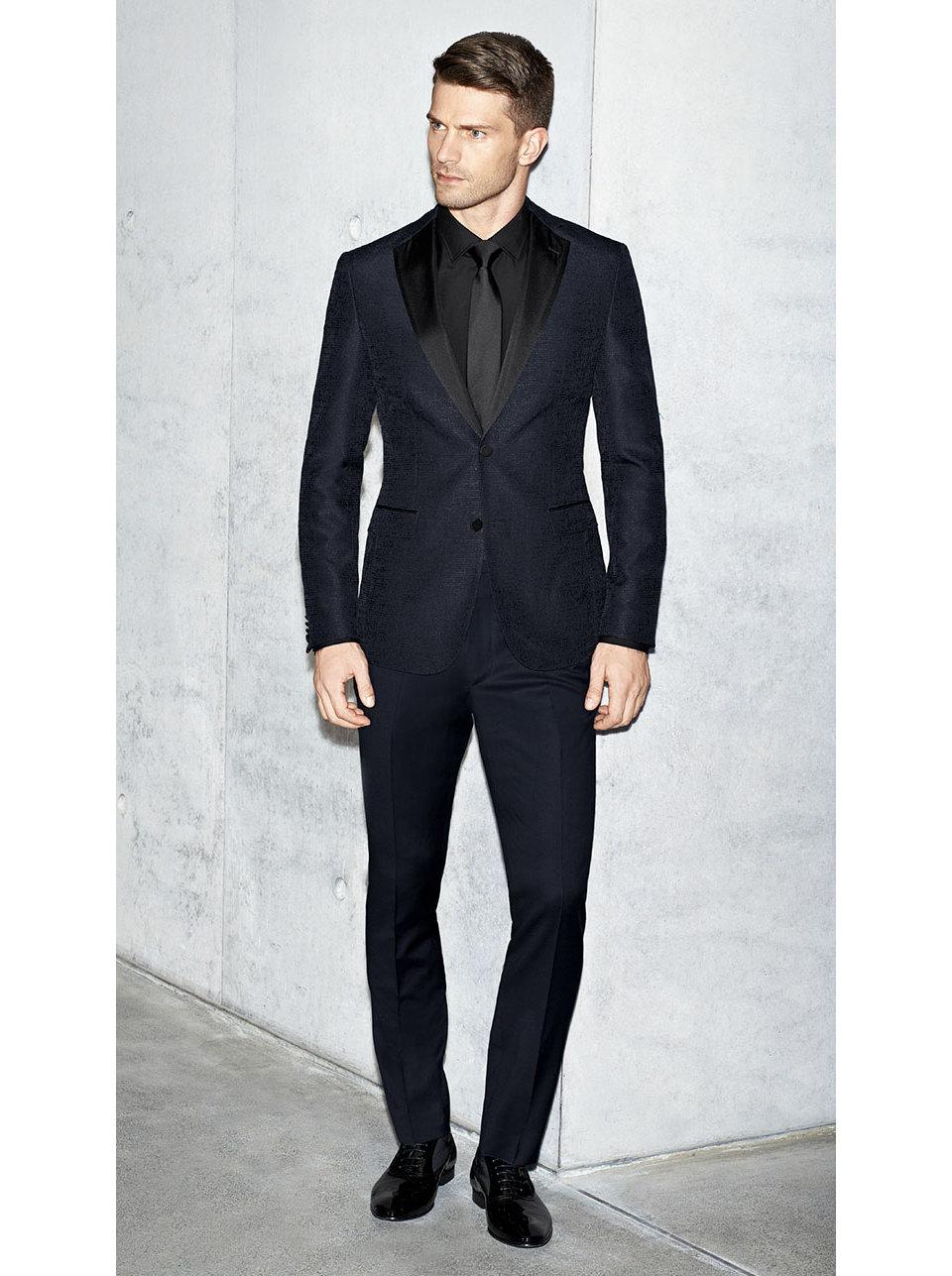 Le mannequin porte une veste decostume noire et bleueBOSS