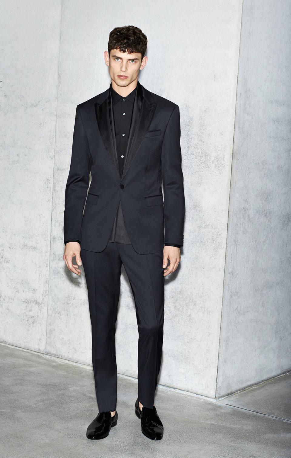 Dunkelblauer Anzug kombiniert mit dunkelblauem Hemd vonBOSS