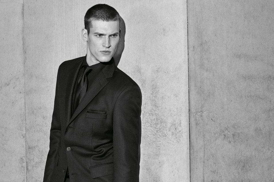 Schwarzer Anzug mit weißem Hemd und schwarzer Fliege vonBOSS
