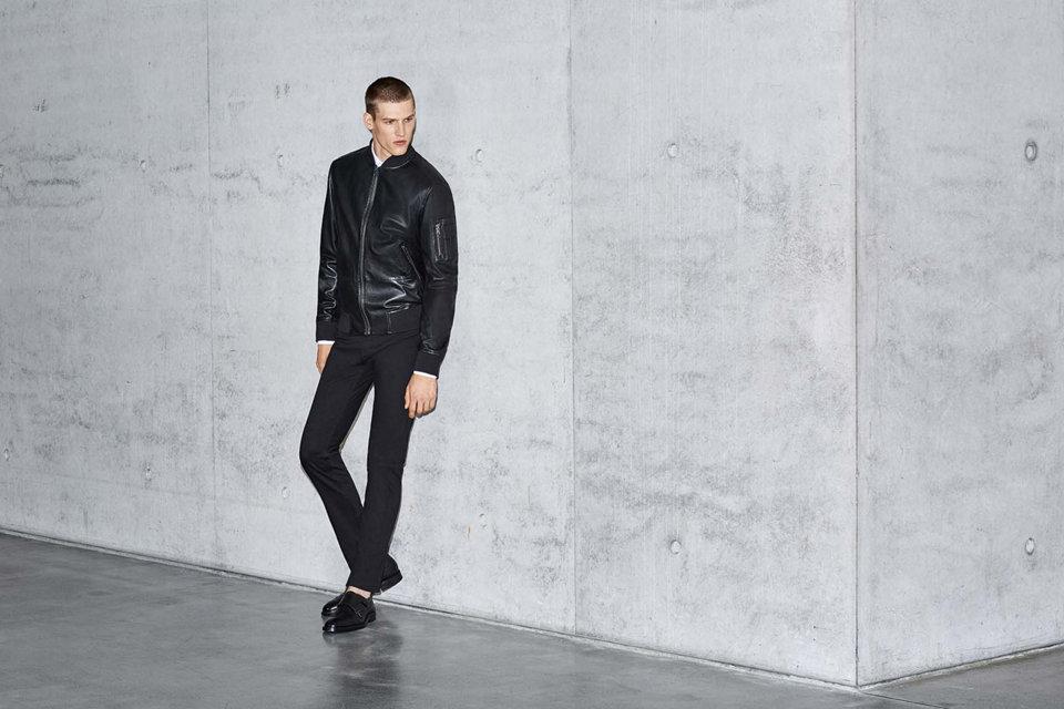 Blouson en cuir noir et jeans noirBOSS