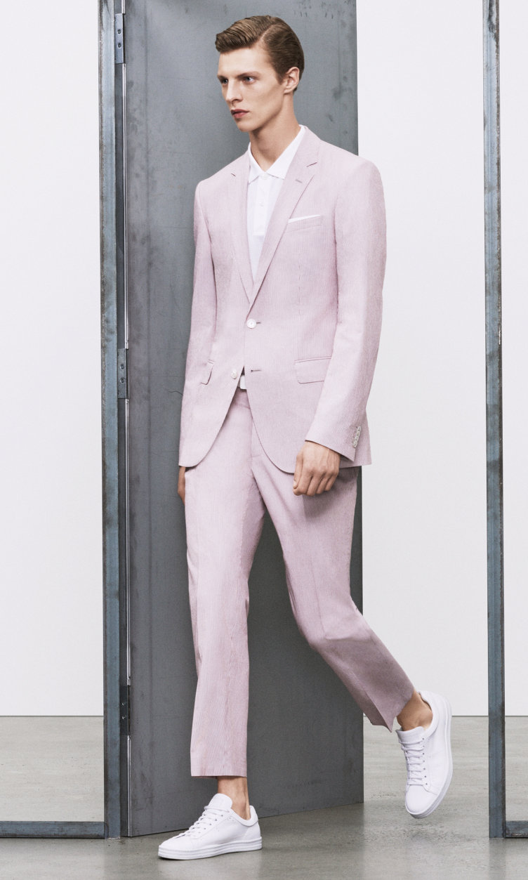 Gemusterter Anzug und weiße Schuhe von BOSS