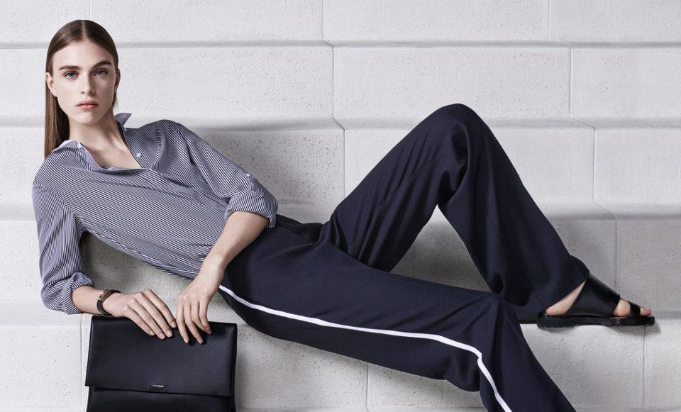 Dunkle Bluse, dunkelblaue Hose und schwarze Lederclutch vonBOSS