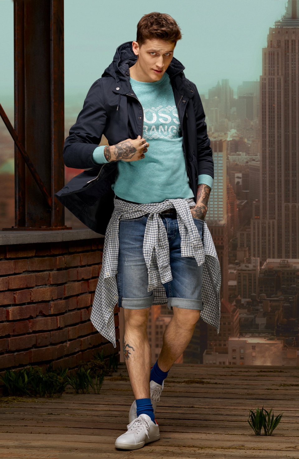 Dunkelblaue Jacke, grünes Sweatshirt und blaue Jeans vonBOSSOrange