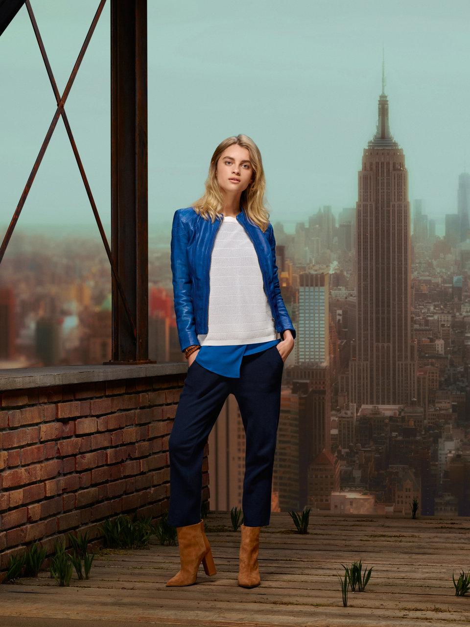 Blaue Lederjacke und weißer Pullover vonBOSSOrange