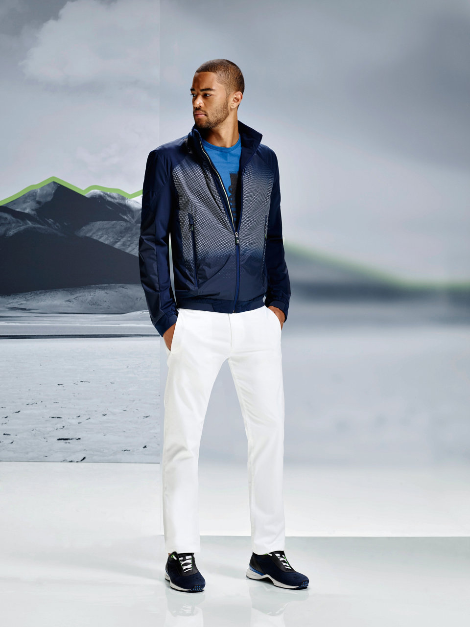 Blaue Jacke, weißes Jersey und dunkelblaue Hose vonBOSSGreen