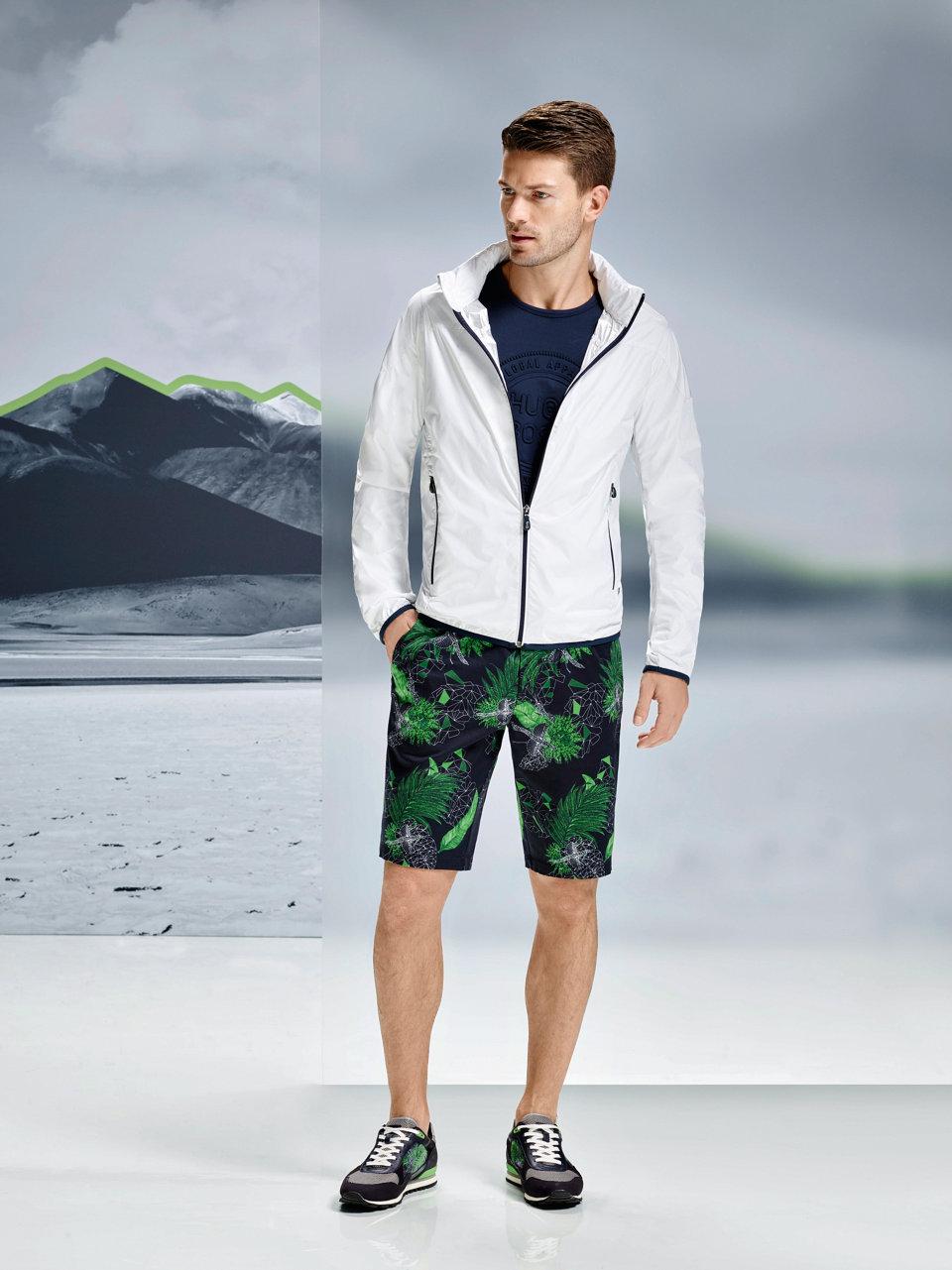 Weiße Jacke, dunkelblaues Shirt und dunkelblaue Shorts vonBOSSGreen