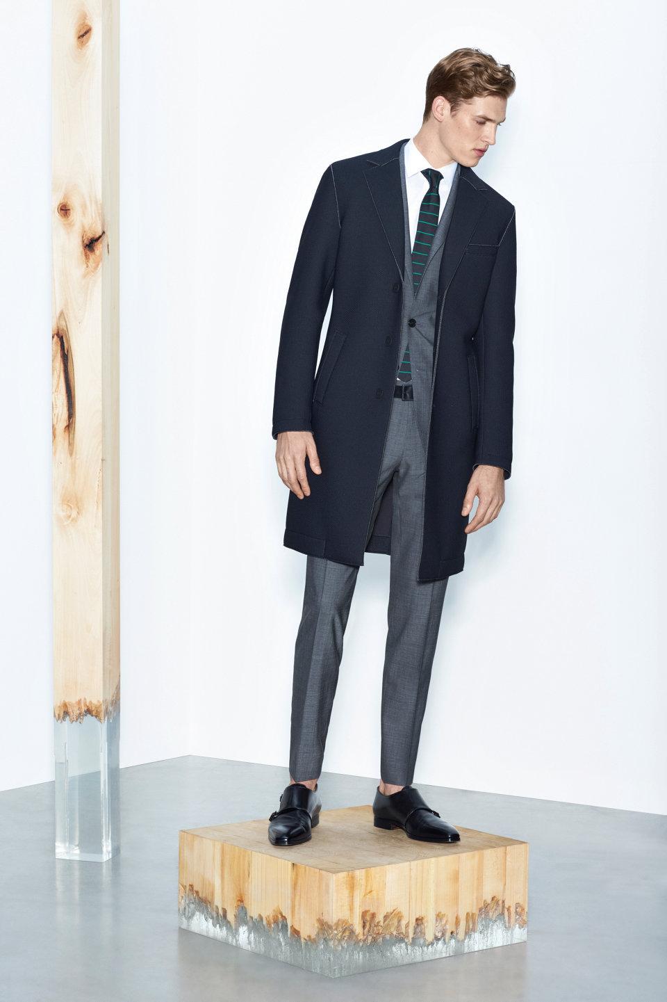 Zwarte mantel, grijs kostuum en zwarte schoenenvanBOSS