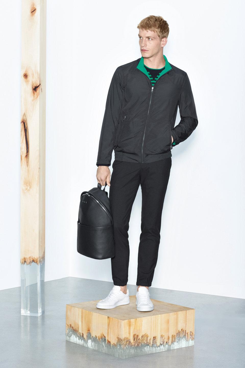 Zwarte jas, zwarte broek en witte sneakersvanBOSS