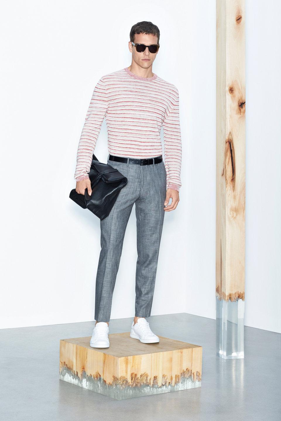 Pull à rayures, pantalon gris et baskets blanchesBOSS