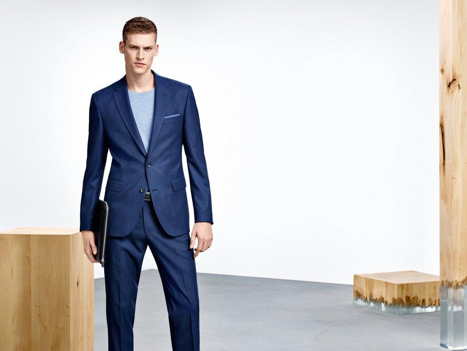 Blauwe colbert gecombineerd met een wit overhemd en een blauwe broekvanBOSS