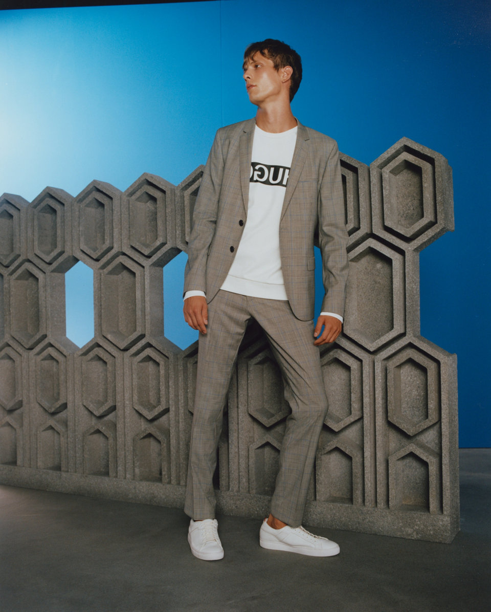 Grey suit, white sweatshirt and white sneakers by HUGO
