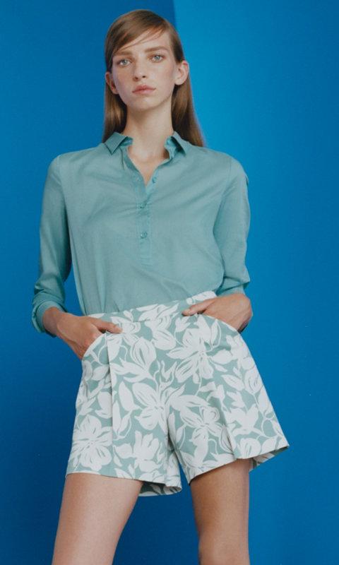 Hellgrüne Bluse und gemusterte Shorts von HUGO