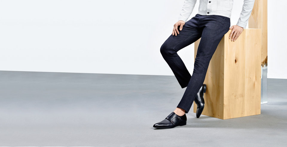Model with modern darkblue HUGO BOSS jeans. Combined with fitting sneakers, bag and jacket.