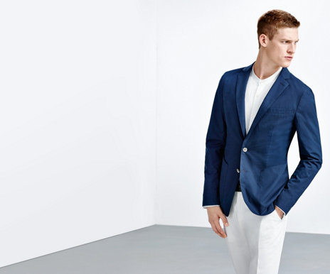 Slim fit HUGO BOSS tailored jacket in darkblue out of light cotton-poplin. Combined with white t-shirt and trousers.