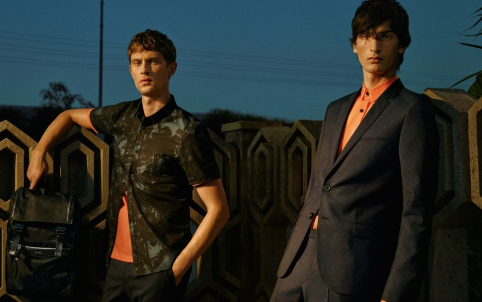 Dunkelblauer Anzug und Hemd in Orange von HUGO