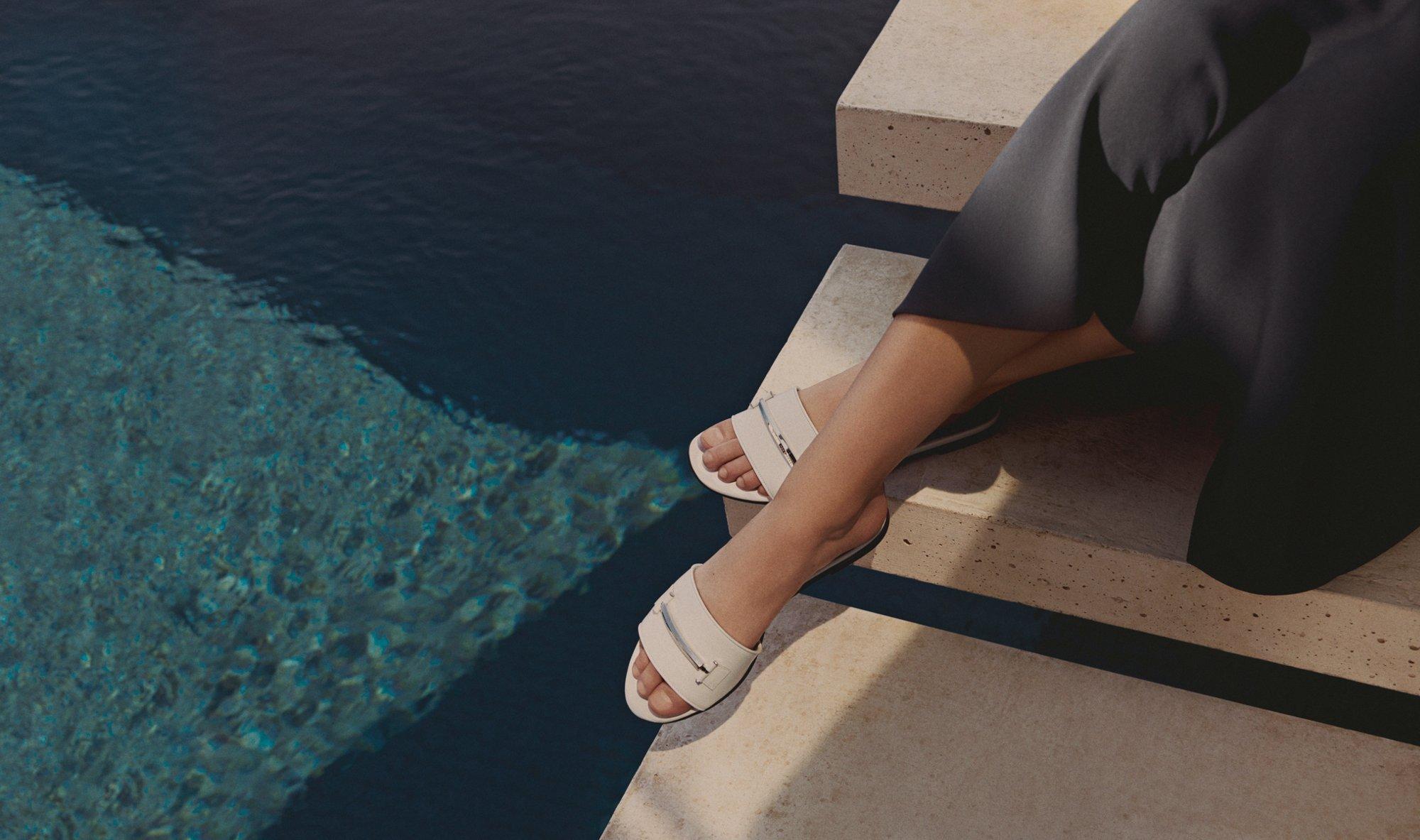 简洁型格魅力<br/><br/>清爽简洁是夏季各式场合的穿搭要点。本款轻质剪裁的露肩裙装使你的夏日装扮事半功倍