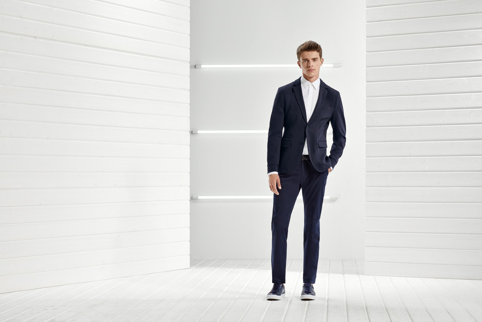 如果你下班后马上去酒吧约会,你的服装则肩负双重任务。 把你剪裁得当的BOSS外套穿上,放轻松,搭配一件简约的圆领运动衫,或一件明亮的配饰,让你从工作到约会都能成为焦点