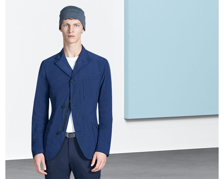 Marineblauwe jas, witte jersey en hoed van BOSS