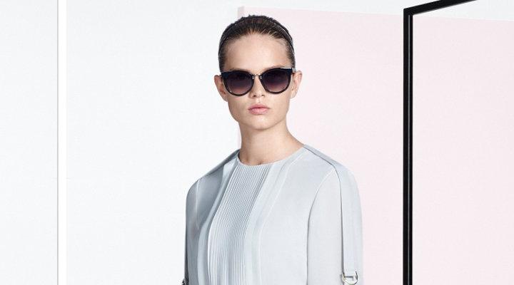 Kleid in hellem Naturton und Brille von BOSS
