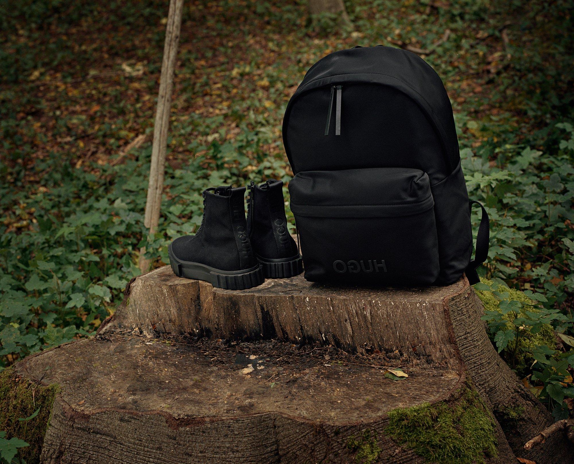 HUGO男装系列彰显创意精神与自然风格的表达。这款连帽衫,采用逆向HUGO标志,左臂处有接缝口袋和小号标志,为本季的外套增加一丝休闲个性的感觉