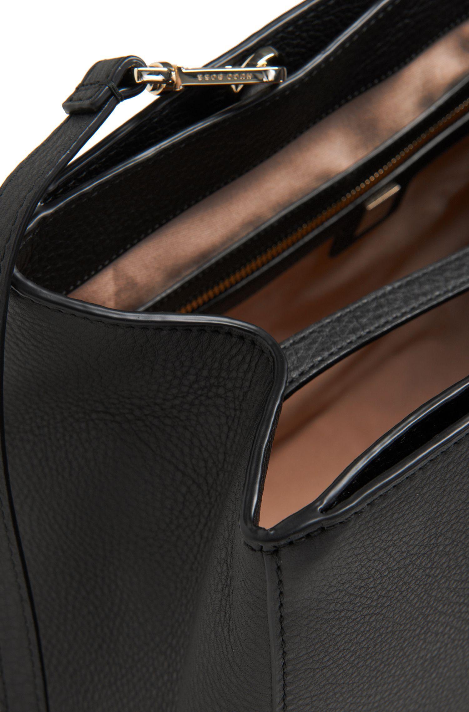 Shopper aus geprägtem Leder: 'Luxury Staple T. M-C'