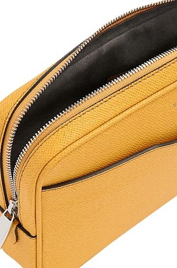 Tasche aus Leder mit herausziehbarem Griff: 'Signature_S zip poch', Dunkelgelb
