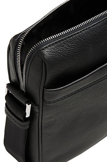 Quadratische Umhängetasche aus Leder: 'Traveller_NS zip', Schwarz