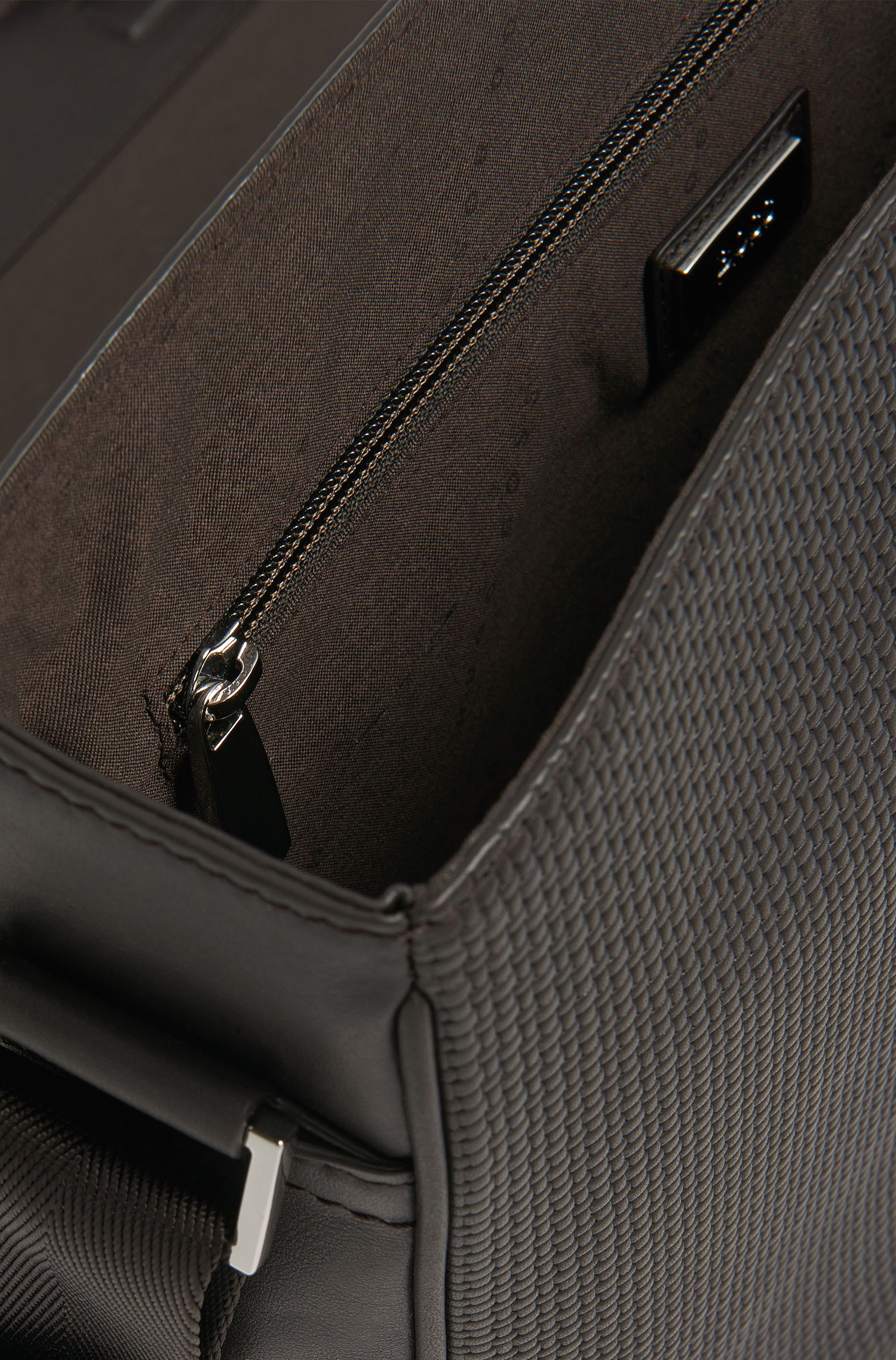 Umhängetasche aus Leder mit Flecht-Struktur: 'Traveller B_Mes flap'