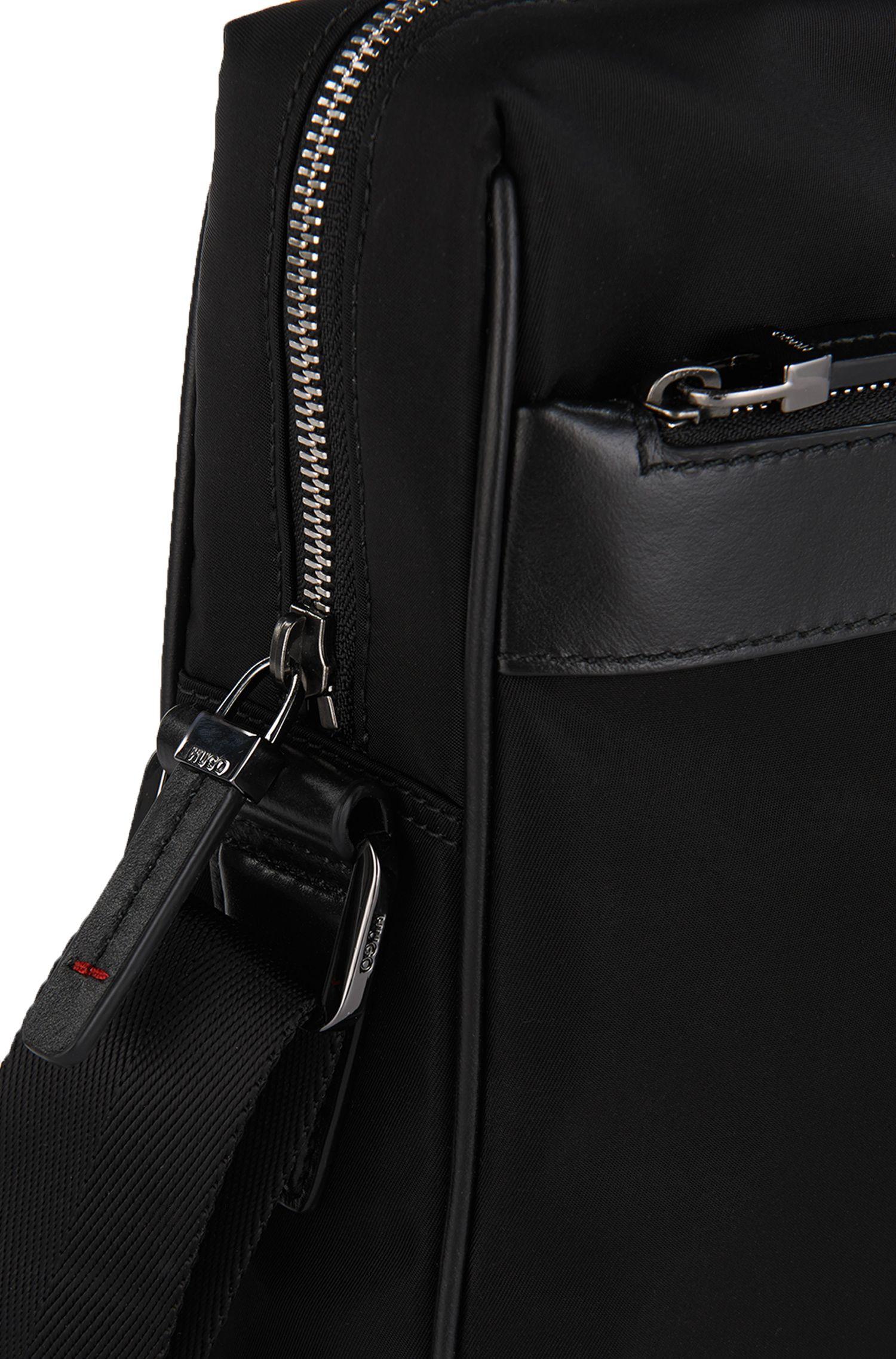 Umhängetasche aus Material-Mix mit Leder-Details: 'Digital L zip'