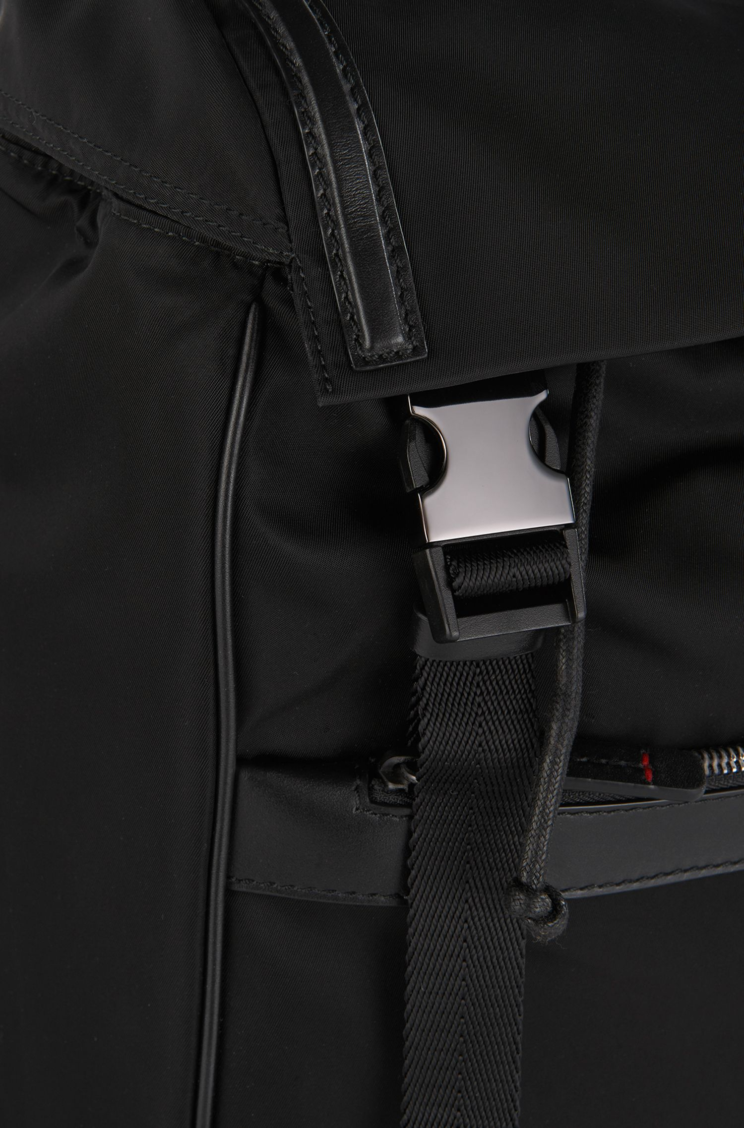 Sac à dos orné de détails en cuir: «Digital L_Backpack»