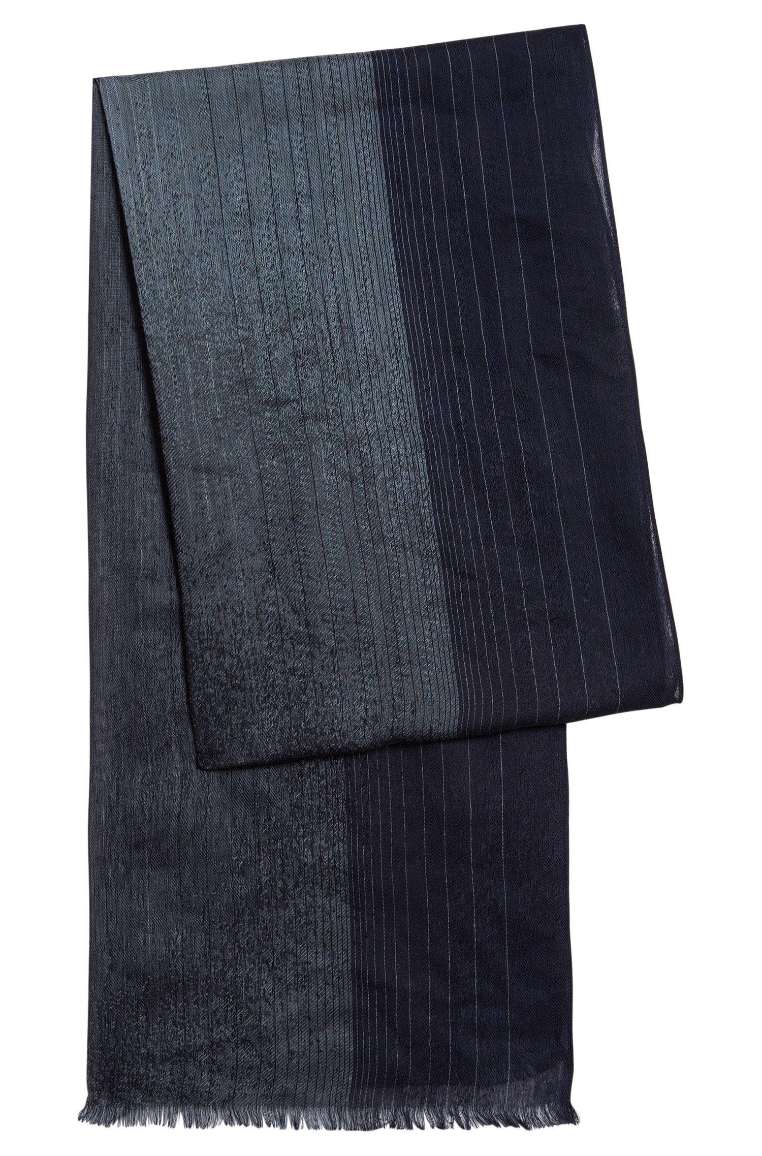 Fijngestreepte sjaal van een viscosemix met zijde: 'Carilo'
