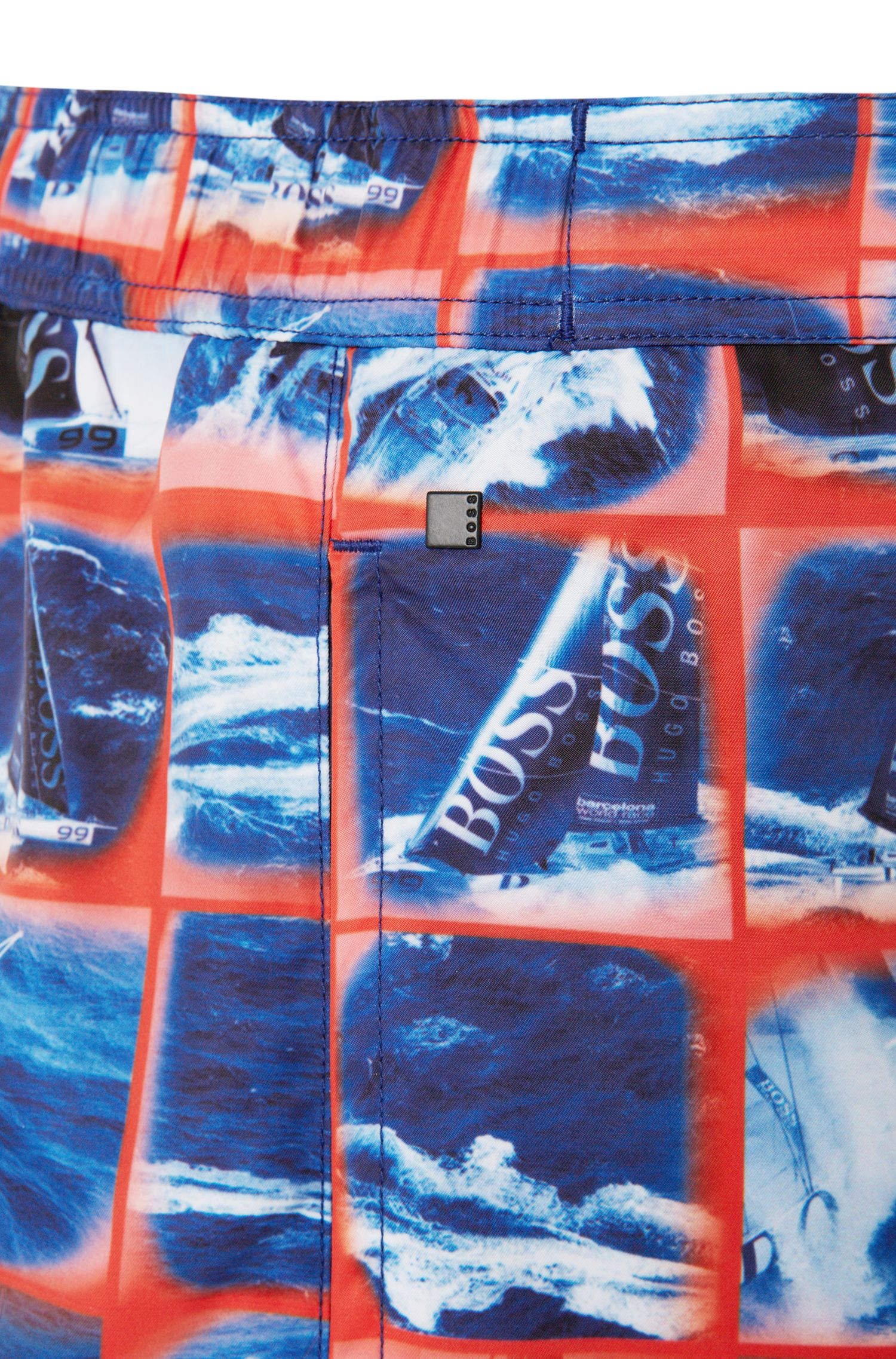 Short de bain confectionné dans un mélange de matières au séchage rapide et orné d'un imprimé photo: «Octopus»