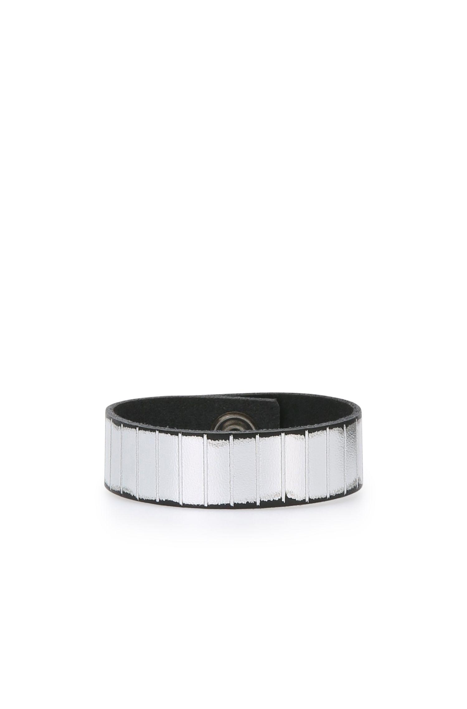 Leather bracelet with metallic finish: 'Moriah'