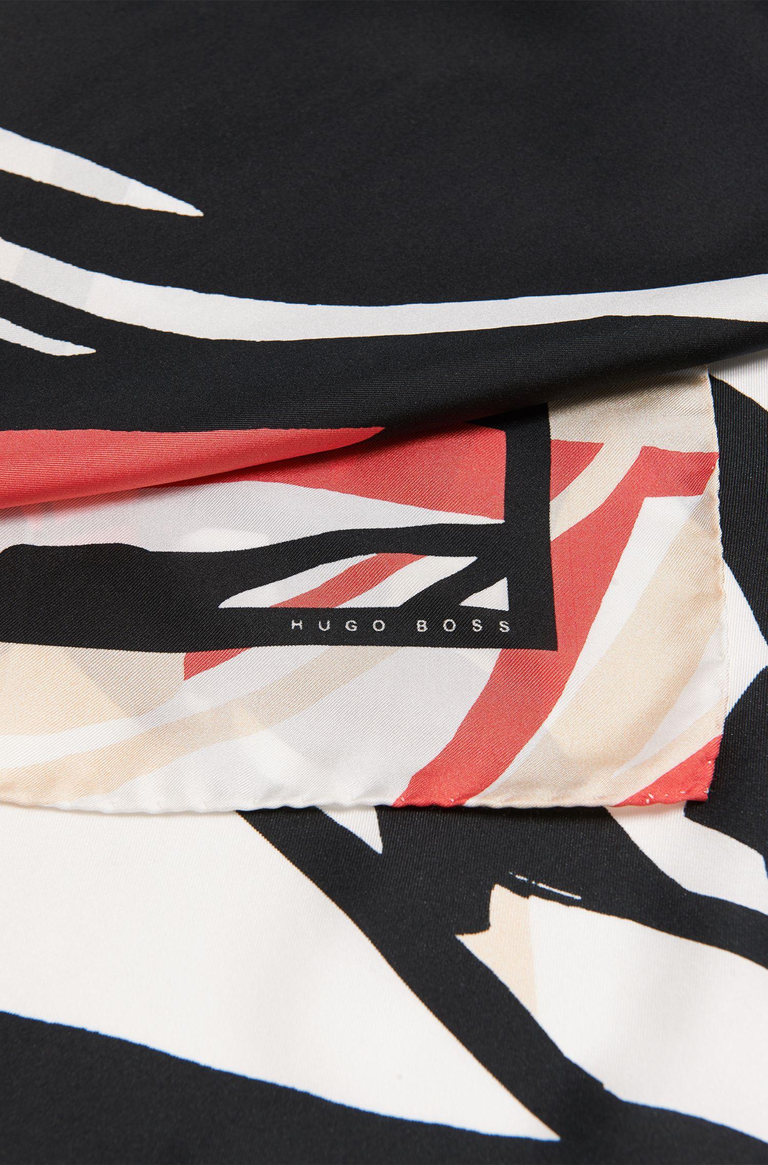 Omslagdoek van zijde met dessin: 'Lachina'