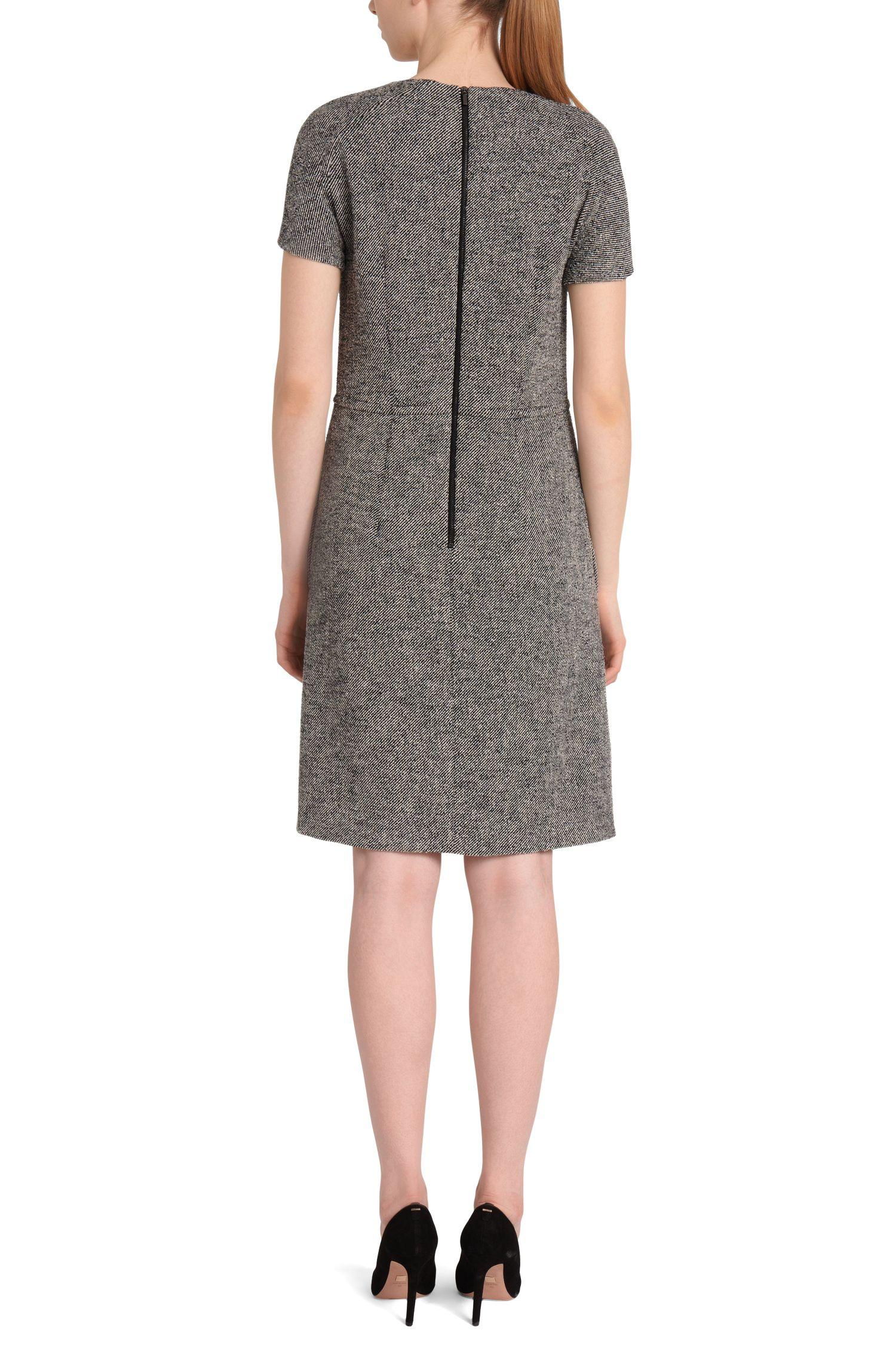 Fijngestreepte jurk met subtiele plooien: 'Hikama'
