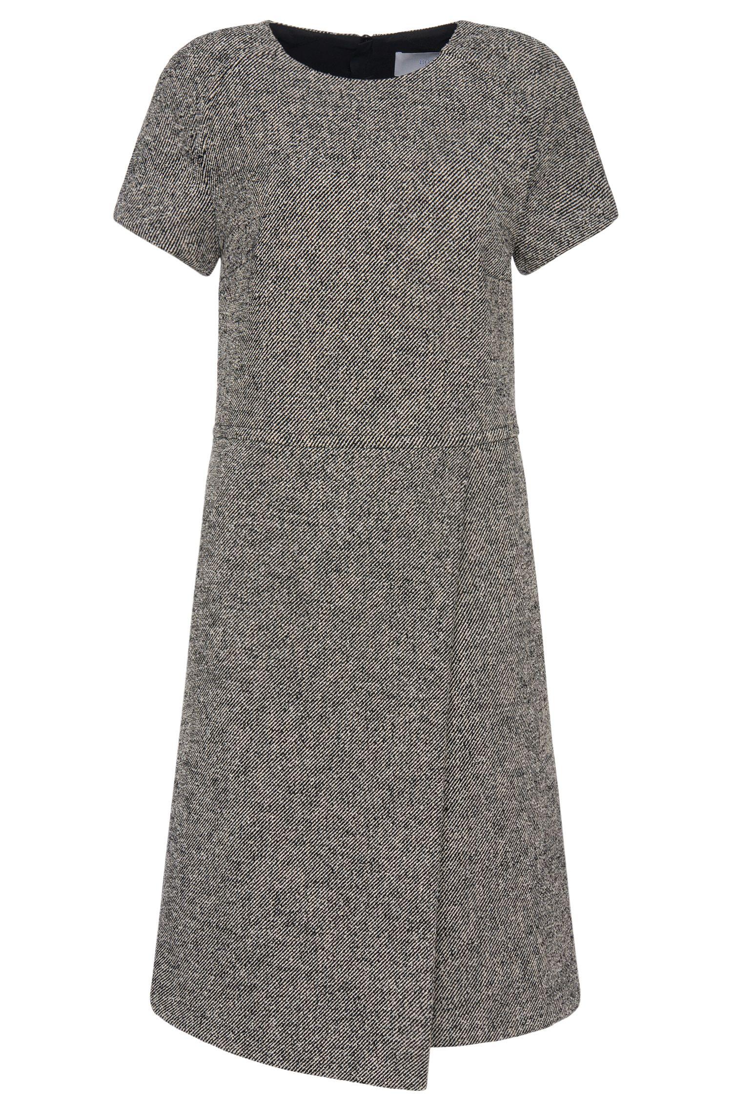 Fein gestreiftes Kleid mit dezentem Faltenwurf: 'Hikama'