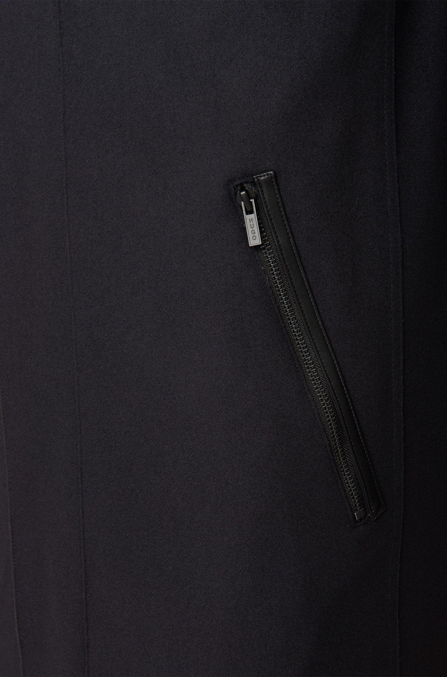 Uitlopende mantel van een scheerwolmix met kasjmier: 'Mantek'