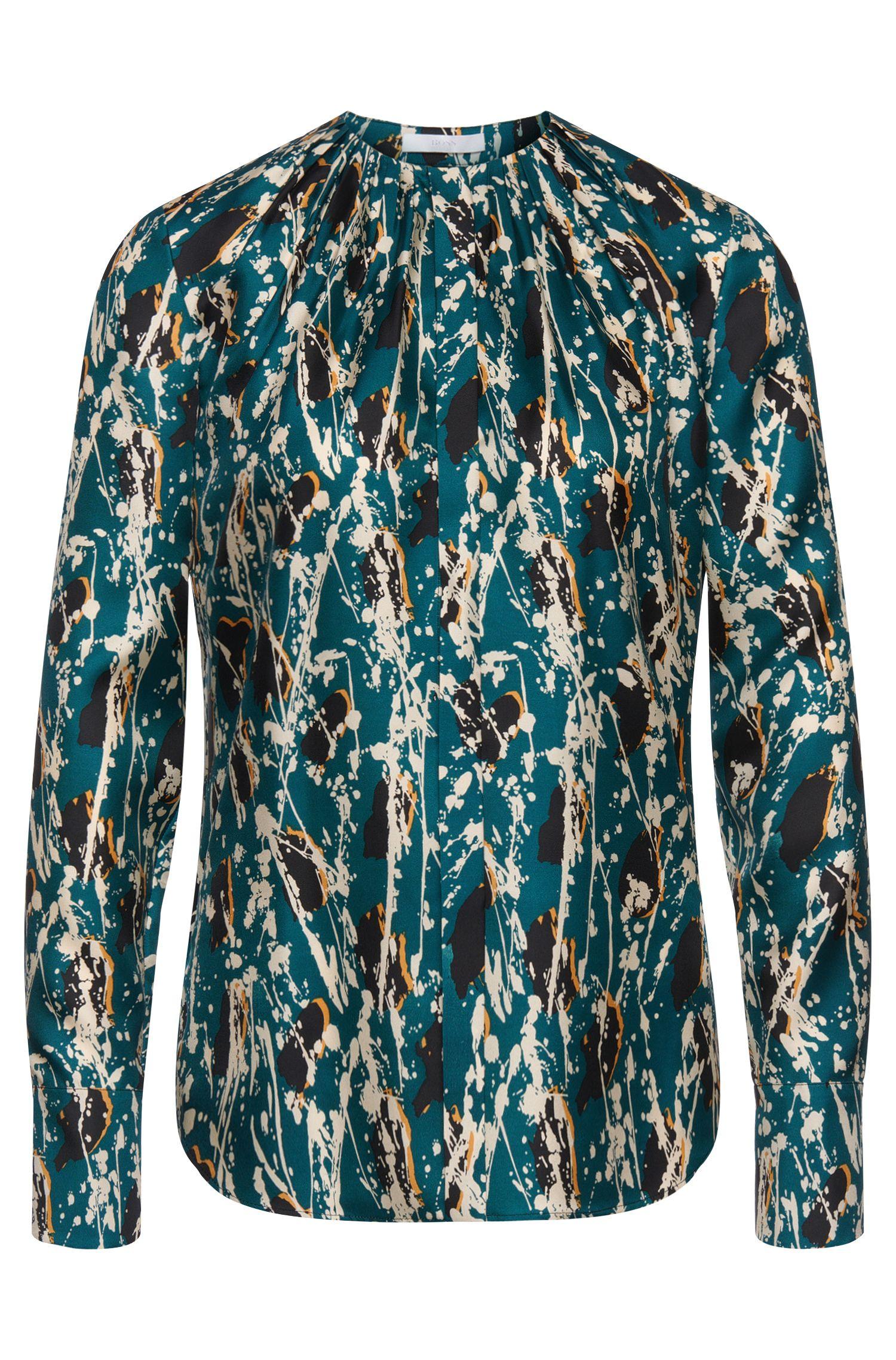 Blusa de seda con estampado y tapeta de botones oculta: 'Banora6'