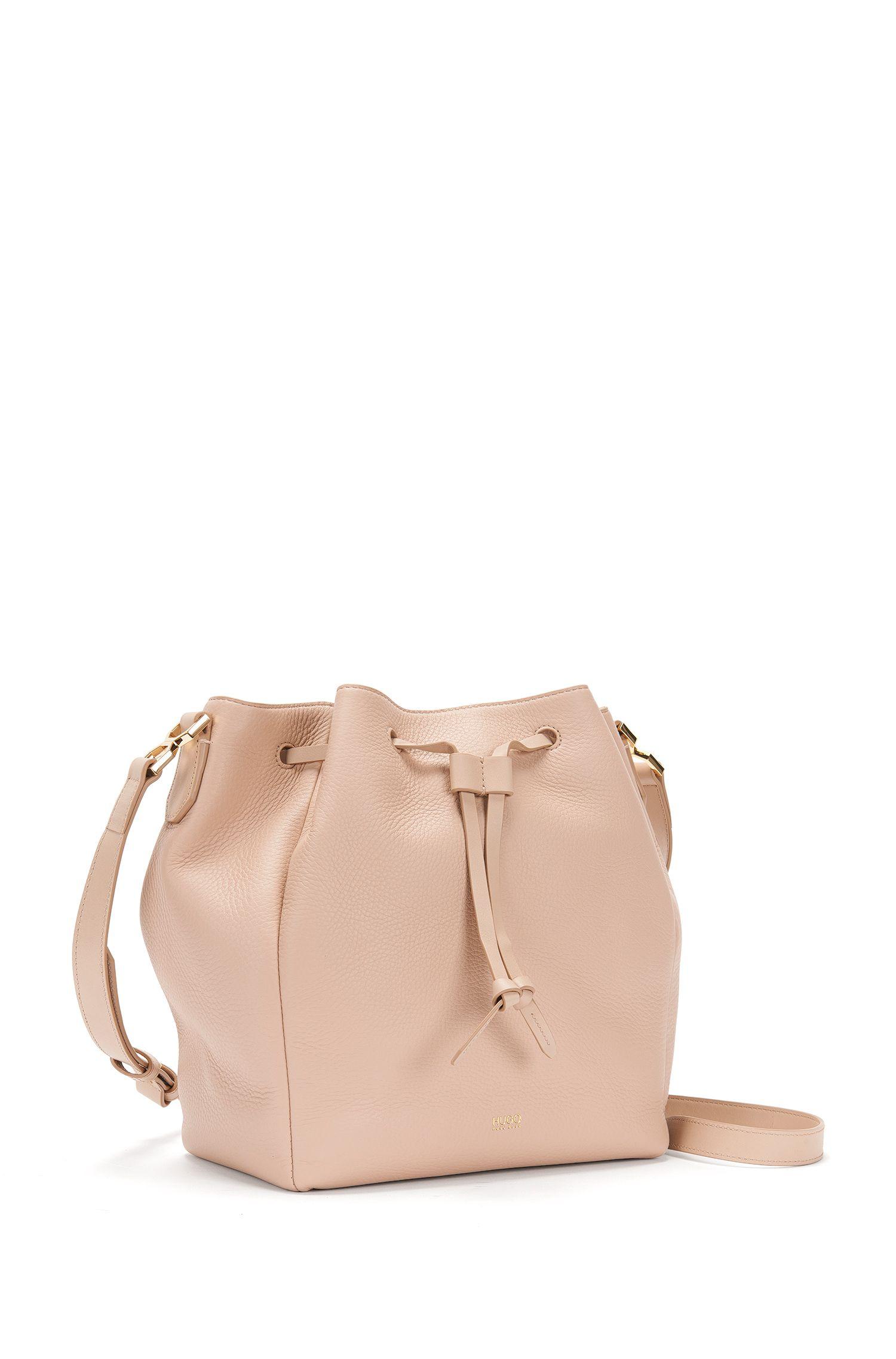Sac en bandoulière uni en cuir au design inspiré du sac seau: «Gaby-M»