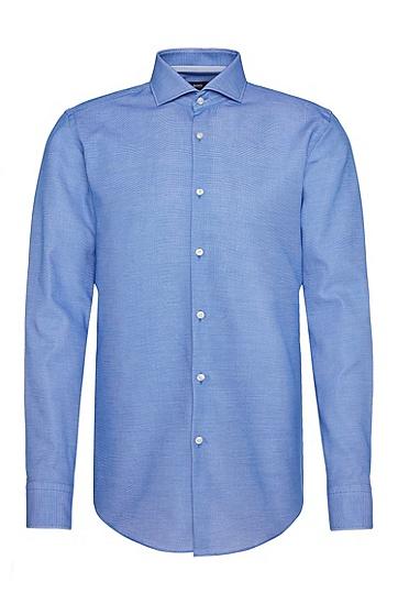 Artikel klicken und genauer betrachten! - Das BOSS Hemd aus Baumwolle mit feiner Struktur ist schmal geschnitten. Schimmernde Knöpfe setzen edle Akzente, die kontrastiv gemusterten Innenmanschetten ergänzen das elegante Design. Universell kombinierbares Herren-Hemd für zeitlose Business Styles.   im Online Shop kaufen