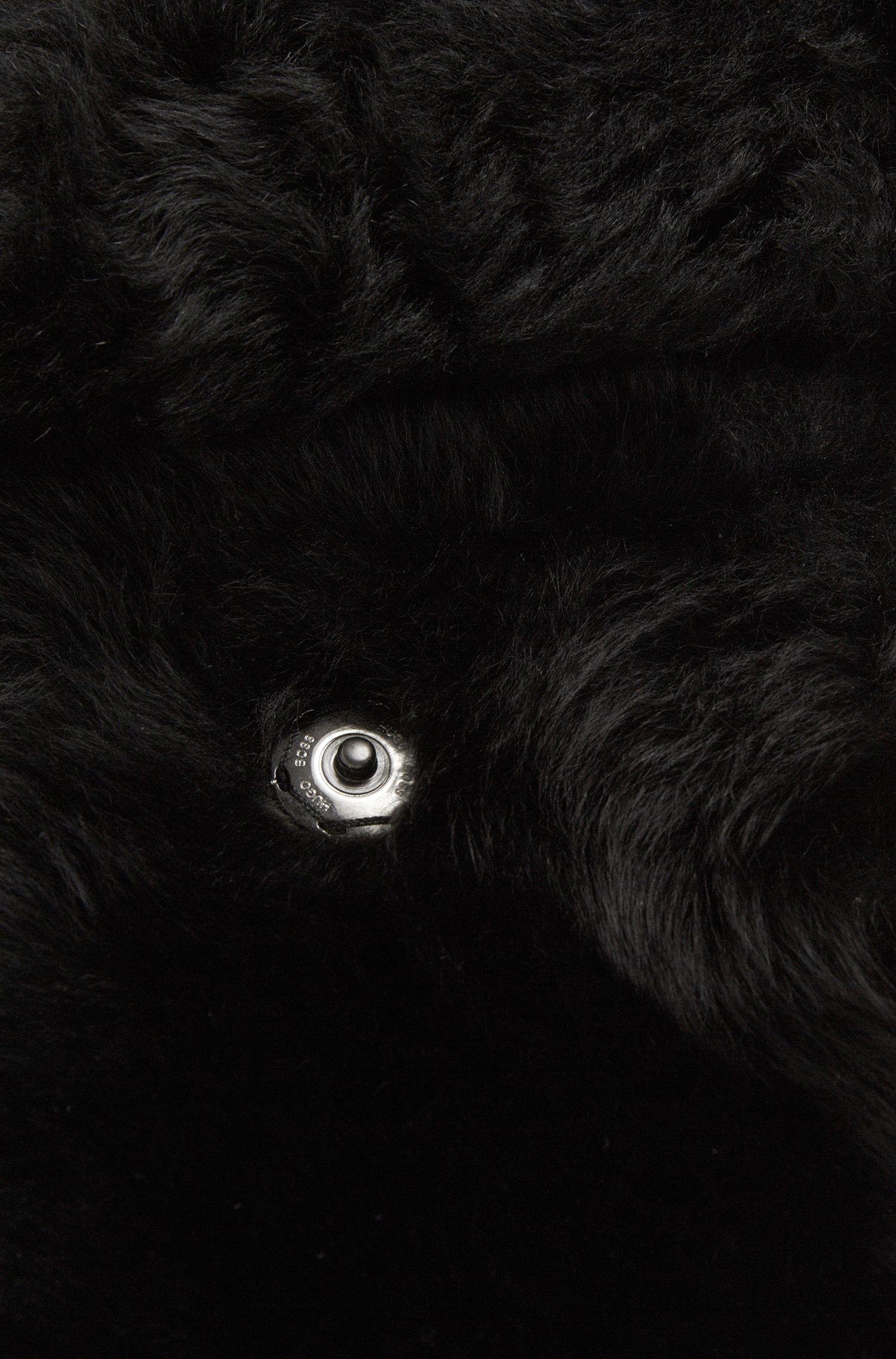 Écharpe en peau d'agneau dotée d'une poche: «Scapie»