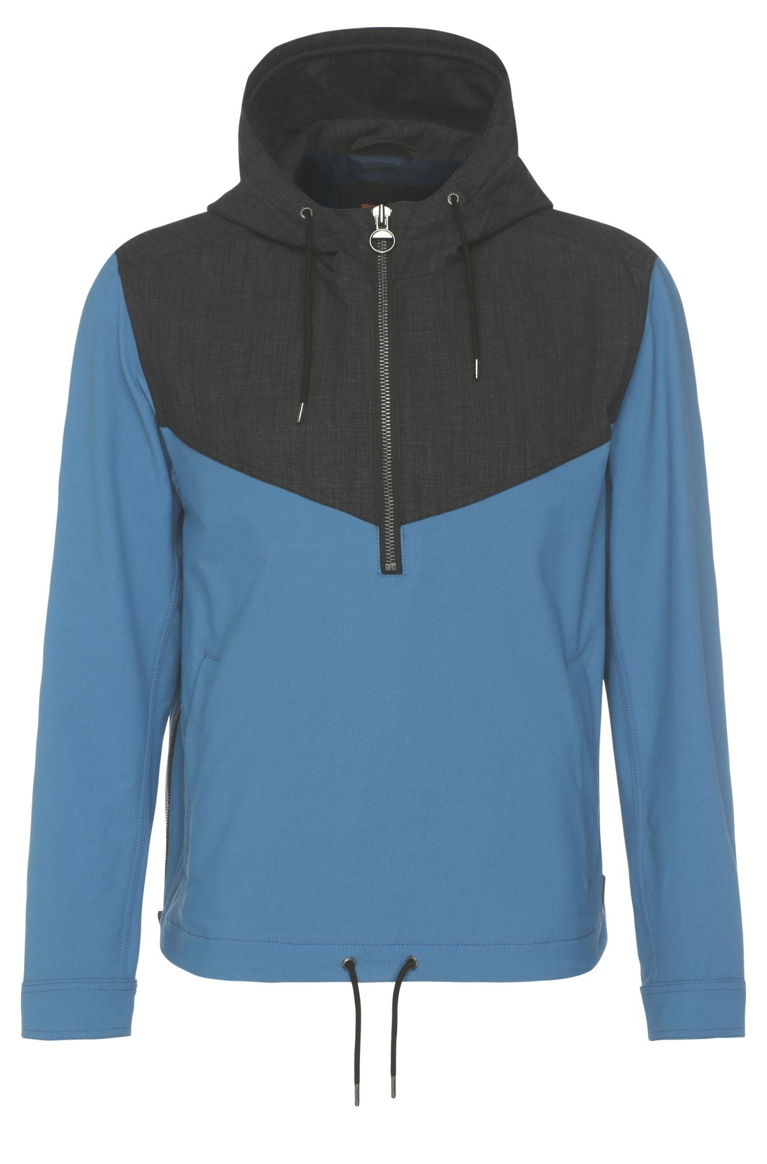 Tweekleurige jas van een elastische stof met capuchon: 'Odet'