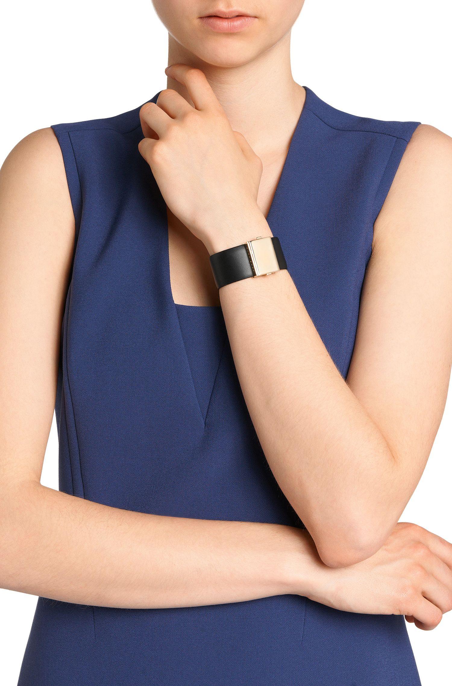 Armband aus Leder mit markanter Schließe: 'Romi Brace L-A'